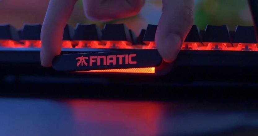 targhetta magnetica personalizzabile sulla tastiera gaming Fnatic miniSTREAK
