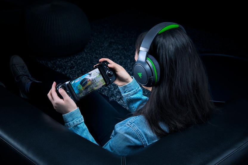 razer-kaira-pro-xbox-wireless-headset-comodamente-dal-divano.jpg